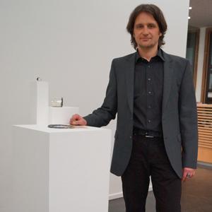 """Goldschmied Oliver Wilpert mit seinen Exponaten bei der Ausstellung """"Precious"""" vom Verband Bildender Künstler (VBKW)"""